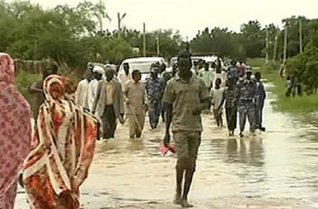 مياه الامطار تحاصر مئات المواطنين بمحلية المناقل وتدمر 10 الف منزل بالدمازين