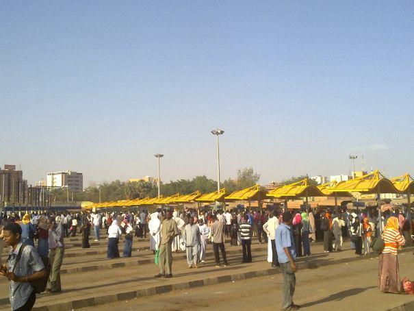قطاع المواصلات في الخرطوم مهدد بالانهيار وانتقادات حادة للوالي