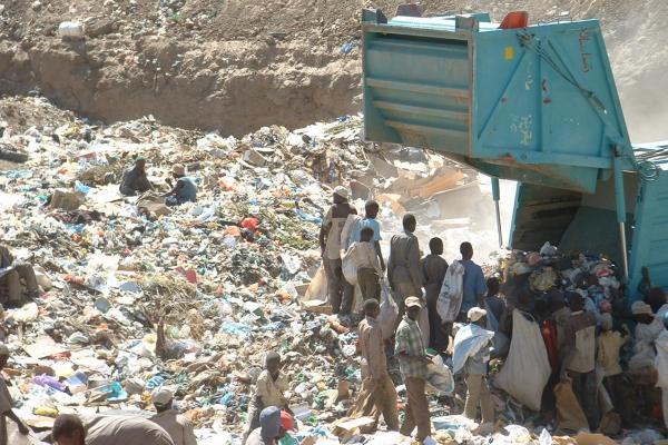 سيارات النفايات غائبة عن جنوب الخرطوم لشهر ونصف