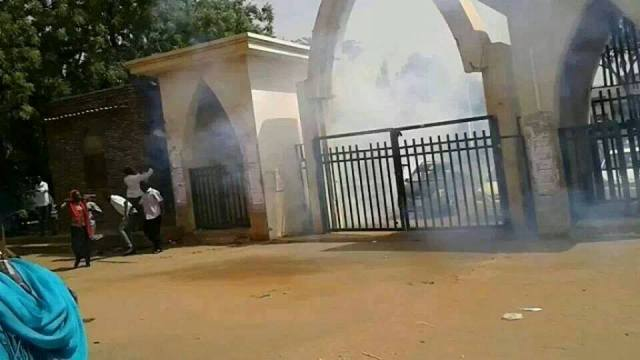 اعتقال العشرات من المحتجين علي مقتل الطالب والشرطة تطلق الغاز لتفريقهم
