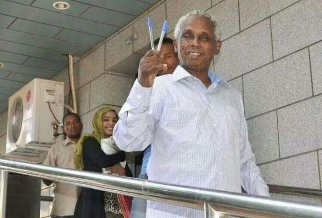 عثمان ميرغني يغادر المستشفي ملوحا بقلمين