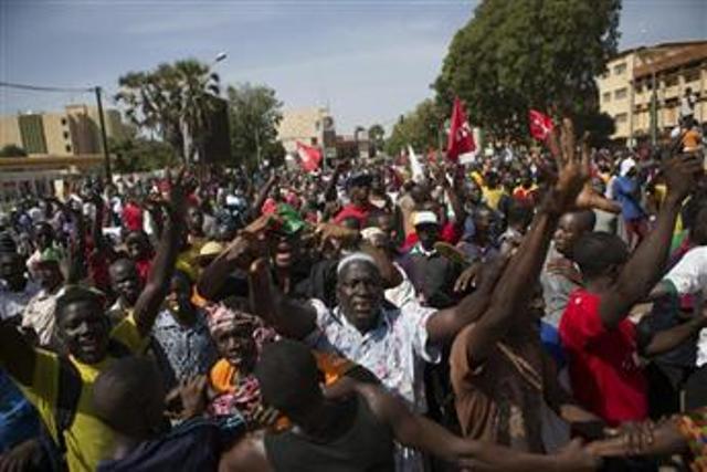 الشعب ينتصر.. جيش بوركينا فاسو ينحاز إلى المتظاهرين واجبار كومباوري على الاستقالة وقائد الجيش يتولى السلطة