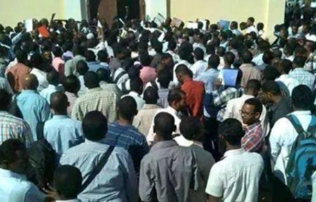 مئات الشباب يتدافعون امام سفارة قطر بالخرطوم للالتحاق بجيشها