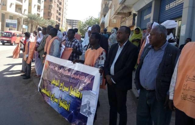 لجنة التضامن تنفذ وقفة إحتجاجية وتطالب باطلاق سراح المعتقلين