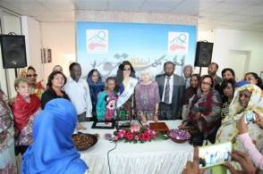 ديانا كرازون تحتفل بافتتاح مستشفى بالخرطوم بالزي السوداني