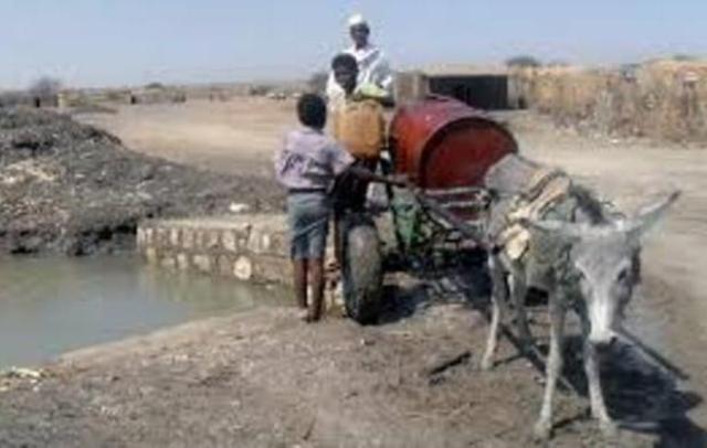 مواطنو الصحافة يحرقون اطارات السيارات احتجاجا على قطوعات المياه بالخرطوم
