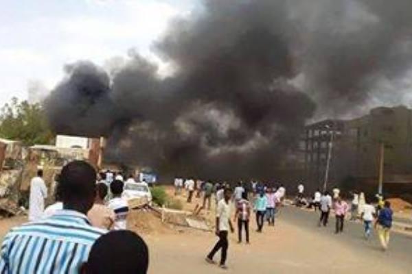 """مقتل طالب  في تظاهرة بالخرطوم وهتافات بسقوط البشير في""""الحاج يوسف"""""""