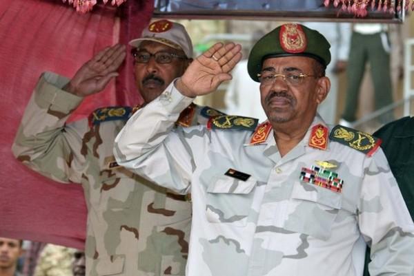 السودان : مطالبة بتسليم البشير و ( ٣ ) من مساعديه الى لاهاي