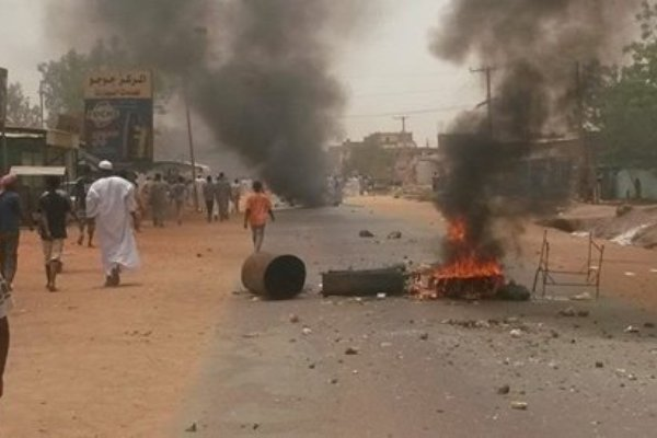 """سكان الجريف يواصلون التظاهر بعد """"الجمعة الدامية"""" ويطالبون بالقصاص """"للشهداء"""""""