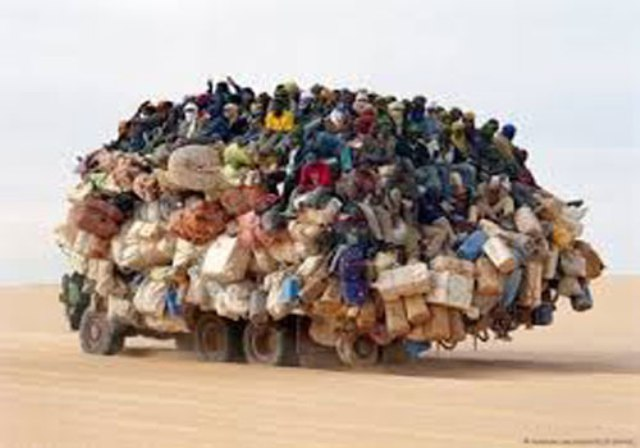 إنقاذ 154 مهاجراً قرب الحدود مع ليبيا