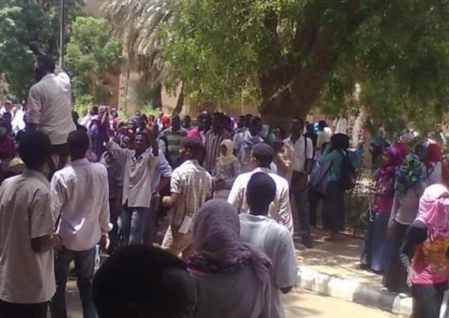 اصابة العشرات من طلاب جامعة الخرطوم فى اشتباكات مع الشرطة
