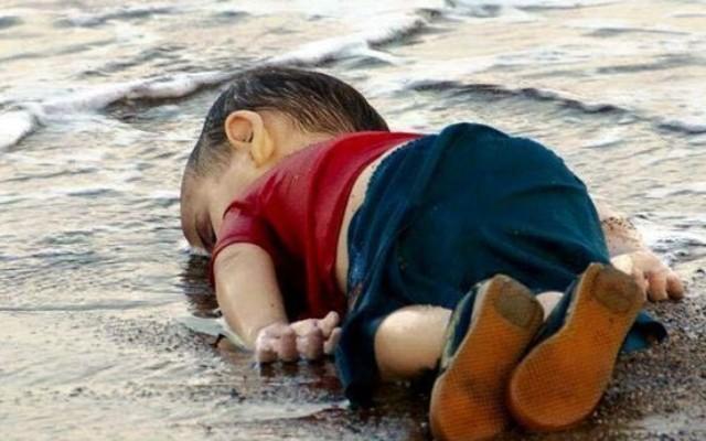 العالم يتبرّع ببكاء طفل غريق..!