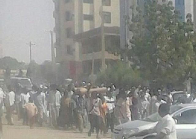 """مظاهرات غاضبة في الفاشر تحمل """" جثامين قتلى""""."""