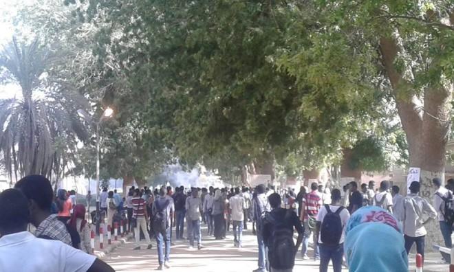 طلاب جامعة الخرطوم يحتجزون ضابط ويقترحون عملية تبادل