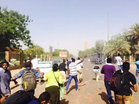 تظاهرات عنيفة بجامعة الخرطوم والشرطة تهرب من مواجهة الطلاب – صور