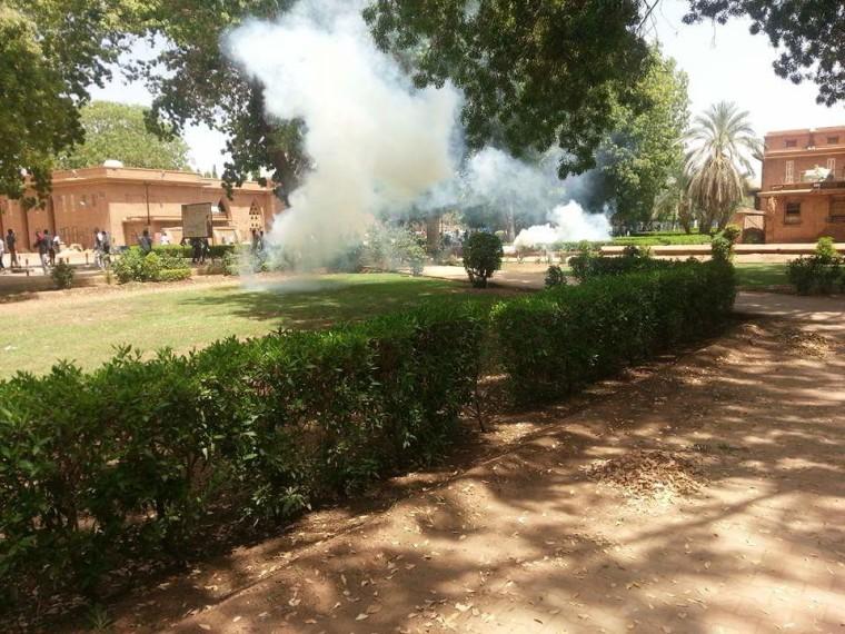 """تجدد التظاهرات بجامعة الخرطوم والشرطة تمطر الطلاب بـ""""البمبان"""" – صور"""