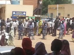 بدء محاكمة قسيسين وصحافي تشيكي بتهم تجسس في السودان