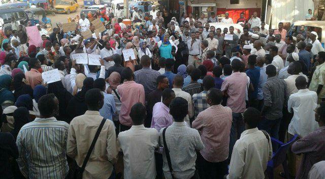 """دعوة """" العصيان المدني"""" تنتشر في السودان ونجوم عرب يتضامنون والبرنس يرفع العلم"""