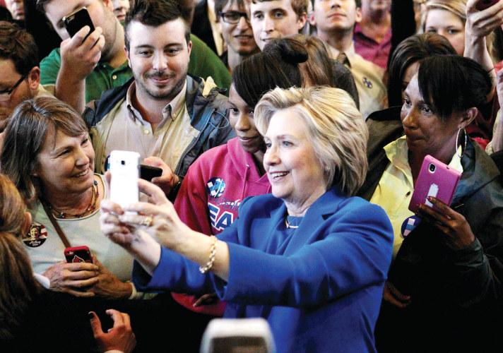 كلينتون تلتقط صورا مع انصارها خلال تجمع انتخابي في ولاية كنتاكي أمس الاول (رويترز)