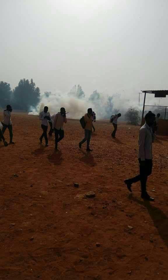 الشرطة تقتحم الجامعة الإسلامية وتهاجم طلابها بالغاز المسيل للدموع
