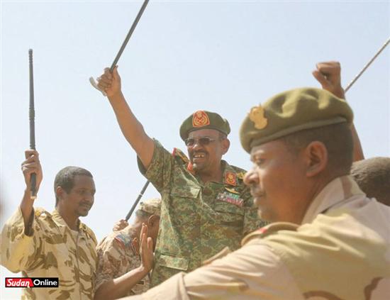 حميدتى يبدى سعادته بتبعية قواته للجيش ويؤكد احتفاظهم بادارتهم الخاصة