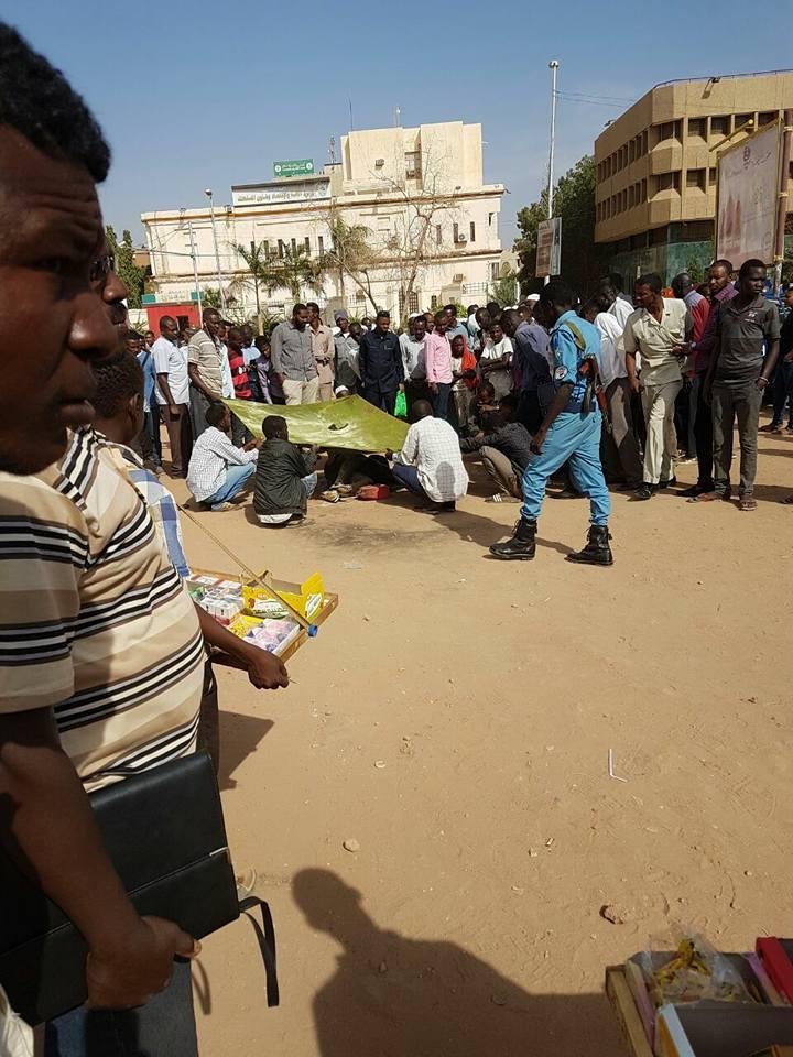 """مهندس يضرم النار على جسده بوسط الخرطوم وهو يهتف """"انا سودانى والبشير ديكتاتور"""""""