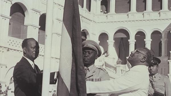 وفاة صاحب أشهر صورة وثقت لحظة إعلان استقلال السودان