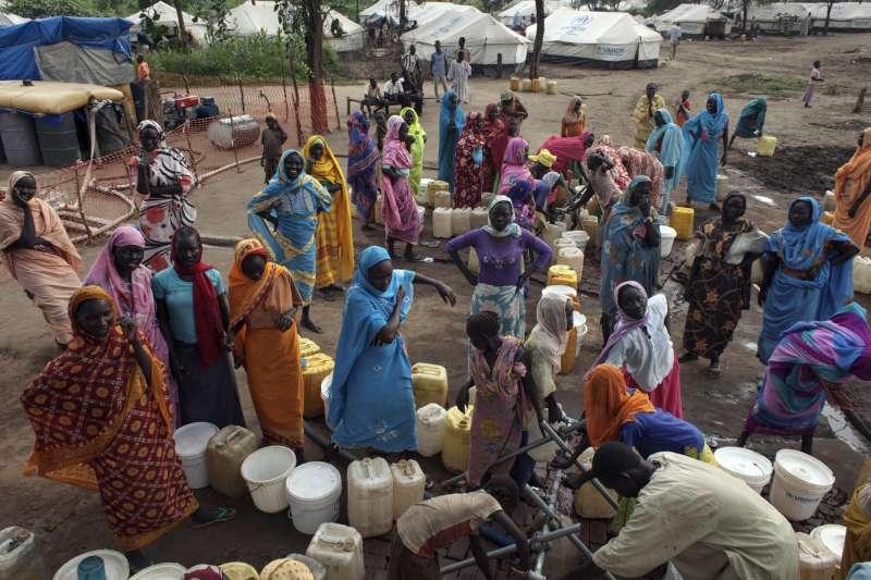 """اللاجئون الجنوبيون يواصلون الدخول الى السودان ويشكون """"فظائع الحرب"""""""