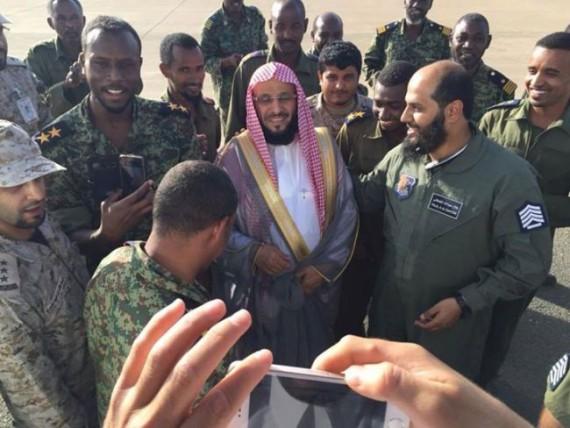 فيديو لجنود سودانيين في اليمن يسخرون من جريح دون اسعافه