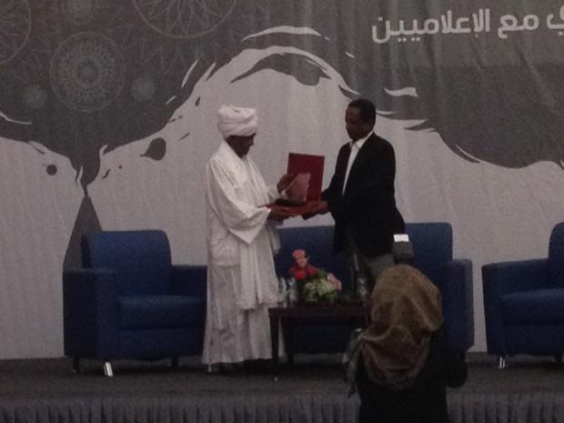 """""""دال"""" تكرم عميد الصحافة السودانية"""
