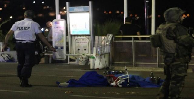 فرنسا: منفذ هجوم الشانزلزيه ينتمى إلى «الذئاب المنفردة»