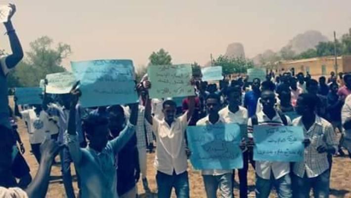 مظاهرات بكسلا للتضامن مع جامعة بخت الرضا والامن يعتقل طالبا