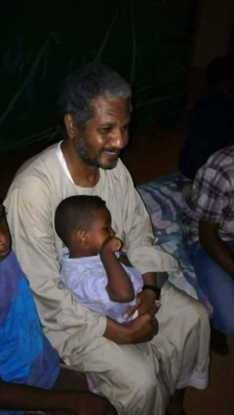 الدفينة وامام خارج السجن بعد أن سلمتهما الرياض لجهاز الامن السوداني