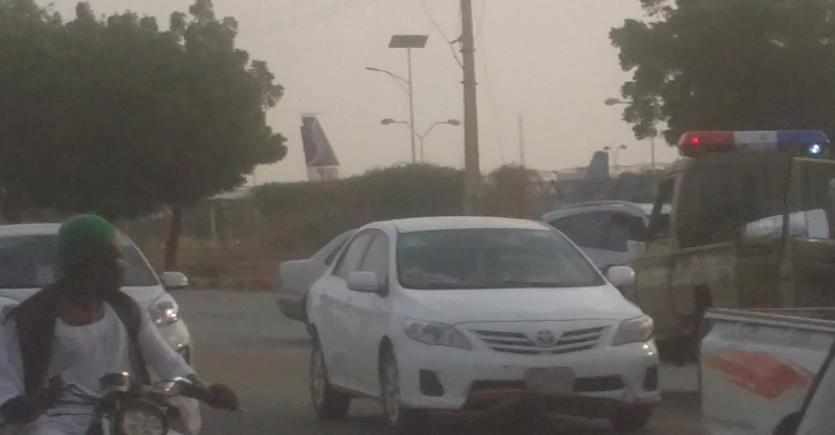 نظاميون يثيرون الرعب ويهشمون عربة دبلوماسي- شاهد الصور