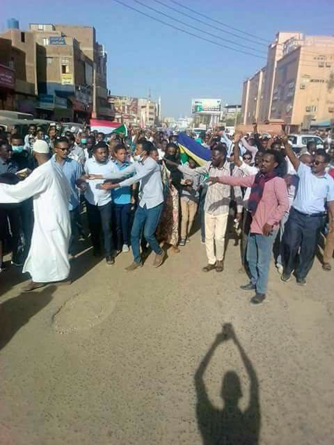 إستمرار التظاهرات الشعبية والمئات يرددون هتافات (إسقاط النظام)