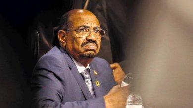 """Photo of مصلون يهتفون في وجه الرئيس السوداني """"أرحل أرحل"""""""