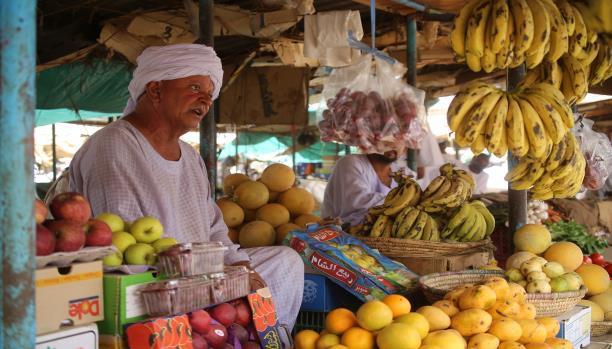 تاجر فواكه في الخرطوم يعاني من التضخم