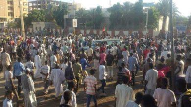 Photo of عاجل.. المتظاهرون يسيطرون على شوارع قلب الخرطوم . دارفور ضمن شعارات اسقاط النظام