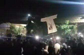 "Photo of متظاهرون بالحاج يوسف يحملون البشير ""فزاعة"""