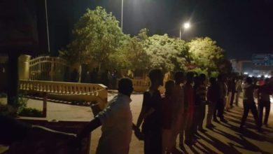 Photo of الشعب في حماية الشرطة السودانية خلال مظاهرات أم درمان