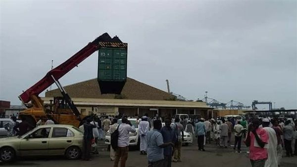 عمل ميناء بورتسودان يستقبلون معتر باضراب اصاب الميناء بشلل تام