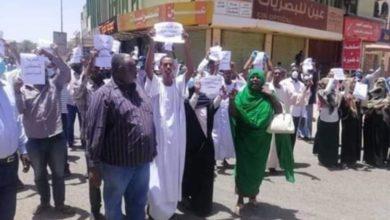 Photo of إحتجاجات لعائلات المعتقلين من رموز النظام امام سجن كوبر والشرطة توقف بعض المشاركين