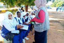 """صورة طلاب سودانيون.. من """"تحت الماء"""" إلى قاعات الامتحانات"""