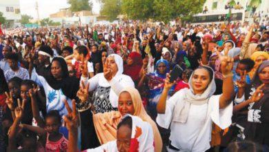 صورة سودانيات يتطلعن لمشاركة فاعلة في الحكم بعد وضعهن السلاح جانباً