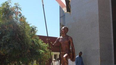 """صورة كلية الفنون تفتتح النصب التذكاري """"جردل مان"""" تخليدا لثورة ديسمبر- صور"""