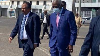 صورة رئيس الوزراء السوداني يغادر إلى الإمارات