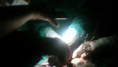 صورة (الجريدة): إجراء عمليات جراحية بالسودان على ضوء كشافات الهواتف المحمولة