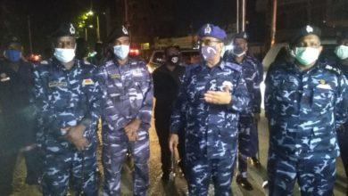 صورة وزير الداخلية يُشرف ميدانياً على انتشار قوات الشرطة بالعاصمة السودانية