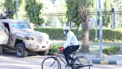صورة السودان: «عضو مجلس سيادة» يتنقل في مهامه الرسمية بـ«دراجة هوائية»