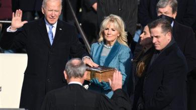 صورة بايدن يؤدي اليمين الدستورية ويوقع على عدة مراسيم رئاسية